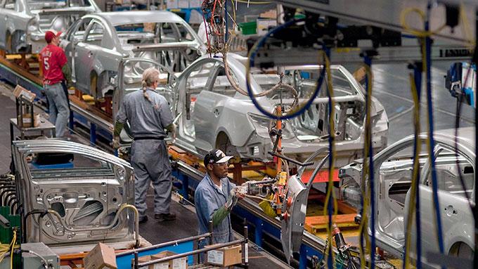 Trabajadores dicen que automotrices pretenden vender carro en dólares