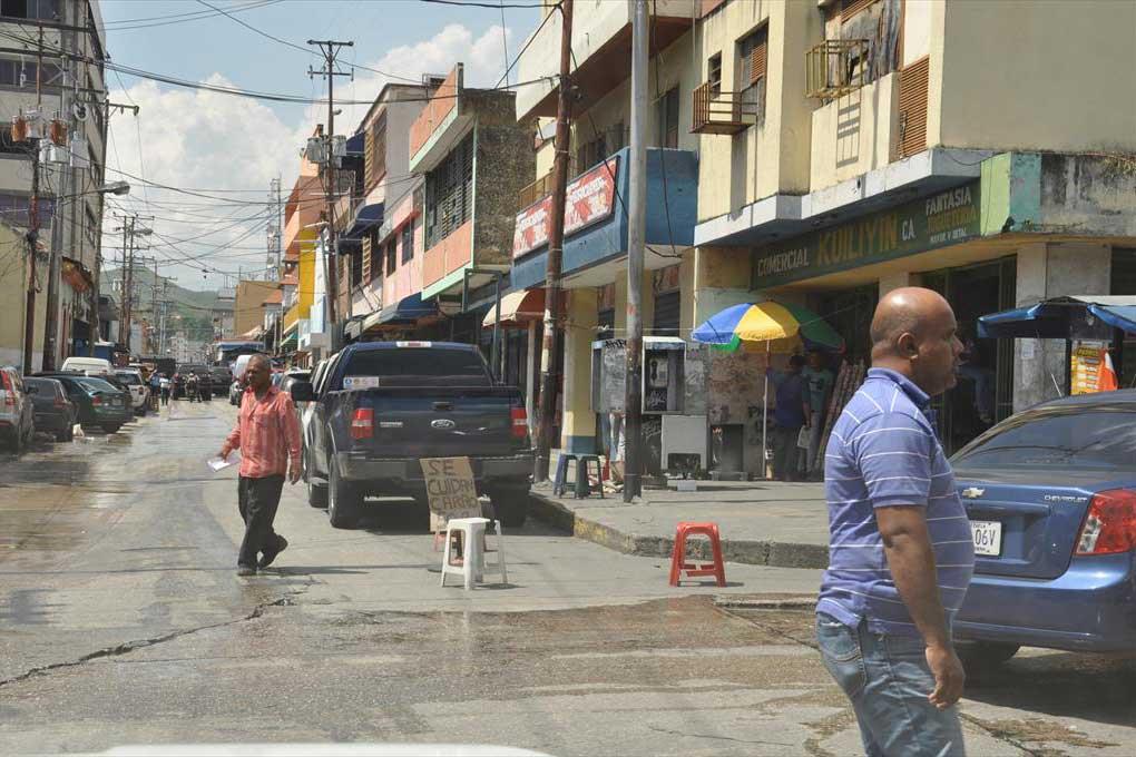 Parqueros de la calle ganan hasta 2 mil bolívares diarios