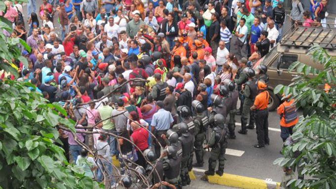 Dispersan con gases protestas en la Av. Fuerzas Armadas