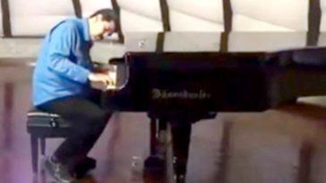 Maduro toca piano